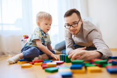 Father and son playing with toy blocks at home Royalty Free Stock Photos