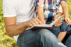 Father and son reading book Royalty Free Stock Photos