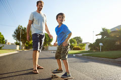 Father son skateboard Royalty Free Stock Images