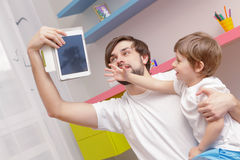 Father and son use tablet Royalty Free Stock Photos