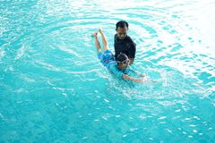 Father teaching daughter to swim Royalty Free Stock Photos
