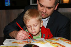Fatherteaching the little boy to draw Royalty Free Stock Images