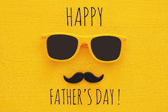 Father& x27; concepto del día de s Gafas de sol amarillas del inconformista y bigote divertido Fotos de archivo