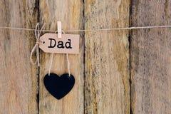 Father& x27; día de s - papá en la ejecución de papel hecha en casa de la etiqueta con el corazón sh Imagen de archivo