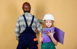 fatherhood Familie Industrie Hulpmiddelen voor reparatie r dochtervader die in workshop herstellen techniek stock afbeelding