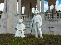 FATHIMA, PORTUGAL - EM ABRIL DE 2013: Mármore branco de Francisco e de Jacinta Destinos importantes para os peregrinos e os touri imagens de stock royalty free