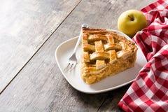 Fatia caseiro da torta de maçã na tabela de madeira fotos de stock royalty free