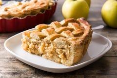 Fatia caseiro da torta de maçã na tabela de madeira imagem de stock royalty free