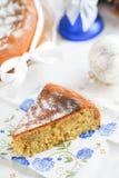 Fatia caseiro de limão-torta com porcas imagem de stock