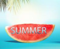 Fatia da melancia com verão do texto no fundo azul com folhas de palmeira Alimento de refrescamento suculento do verão Copie o es imagens de stock royalty free