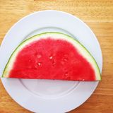 Fatia da melancia em uma placa branca Fotos de Stock Royalty Free
