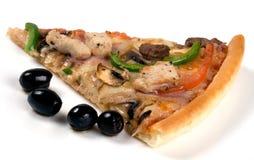 Fatia da pizza com azeitonas. Imagens de Stock