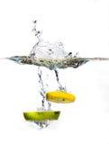 Fatia de Apple e de limão na água Imagem de Stock