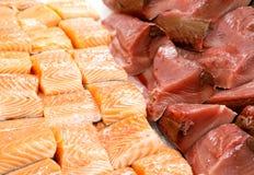 Fatia de atum e de salmões no gelo no mercado de peixes imagem de stock royalty free