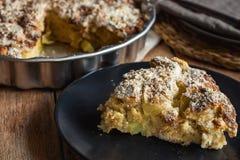 Fatia de bolo de Apple inteiro Eggless do vegetariano caseiro no formulário redondo do cozimento da placa escura Guardanapo de li Fotos de Stock