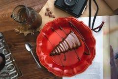 Fatia de bolo de chocolate em uma placa vermelha fotos de stock