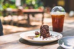 Fatia de bolo de chocolate enchida com chantiliy na tabela de madeira foto de stock royalty free