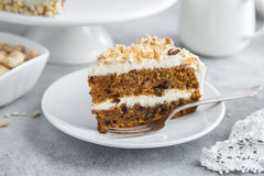 Fatia de bolo de cenoura com geada e porcas do queijo creme Fotografia de Stock Royalty Free