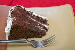 Fatia de bolo de chocolate húmido rico fotos de stock royalty free