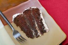 Fatia de bolo de chocolate húmido rico imagem de stock royalty free