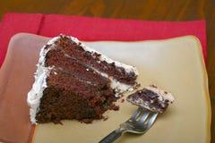 Fatia de bolo de chocolate húmido rico foto de stock