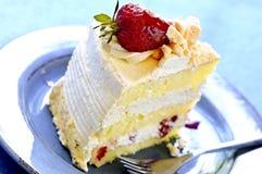 Fatia de bolo do meringue da morango imagem de stock