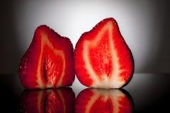 Fatia de duas morangos Fotografia de Stock