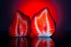 Fatia de duas morangos Fotografia de Stock Royalty Free