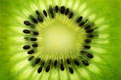 Fatia de fruto de quivi em um quadro completo horizontal Fotos de Stock Royalty Free