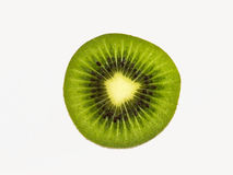 Fatia de fruto de quivi fresco isolado no fundo branco Imagens de Stock Royalty Free