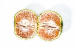 Fatia de laranja isolada no fundo branco foto de stock