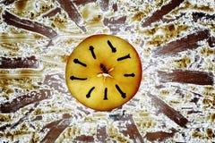 Fatia de maçã com as folhas dos alecrins e do aipo Foto de Stock