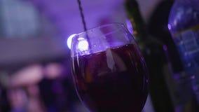 Fatia de mistura do empregado de bar de laranja no vidro do cocktail Quadro Agitação Dizzying das fatias de citrino no cocktail d filme