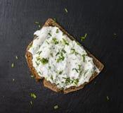 Fatia de pão com Herb Curd imagens de stock