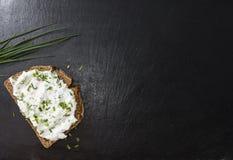 Fatia de pão com Herb Curd fotos de stock