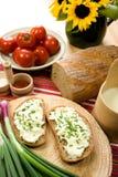 Fatia de pão espalhada com queijo dos carneiros fotografia de stock
