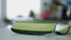 Fatia de pepino verde saboroso fresco na mesa de cozinha fotografia de stock