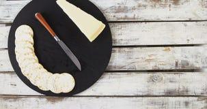 Fatia de queijo com biscoitos e a faca friáveis vídeos de arquivo