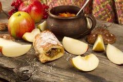 Fatia de strudel de Apple ou de torta de maçã Imagens de Stock Royalty Free