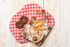 Fatia de torta de maçã e de cookies de farinha de aveia Fotografia de Stock Royalty Free