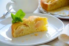 Fatia de torta de maçã caseiro na placa branca Conceito do tempo do chá Fotos de Stock
