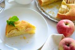 Fatia de torta de maçã caseiro na placa branca Conceito do tempo do chá Fotografia de Stock