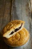 A fatia de um bolo basque delicioso encheu-se com as cerejas postas sobre corteja Imagem de Stock