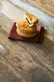A fatia de um bolo basque delicioso encheu-se com as cerejas postas sobre um f Fotografia de Stock