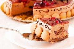 Fatia deliciosa de bolo na colher metálica do servidor Fotografia de Stock