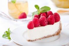 Fatia do bolo de queijo com framboesa fresca fotos de stock royalty free
