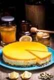 Fatia do bolo de queijo em uma placa azul imagens de stock royalty free