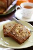 Fatia do Fruitcake com chá imagens de stock royalty free