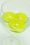 Fatia do limão no vinho de vidro com soda Foto de Stock Royalty Free