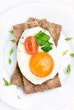 Fatia do ovo frito, da salsa e do tomate no pão estaladiço Imagem de Stock